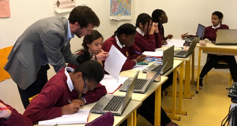 Des élèves utilisent Khan Academy en cours de mathématiques