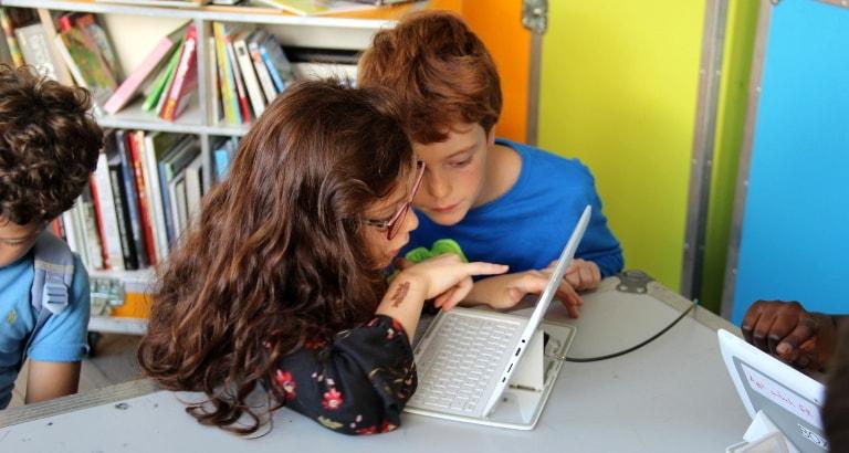 Photo d'enfants autour d'une tablette