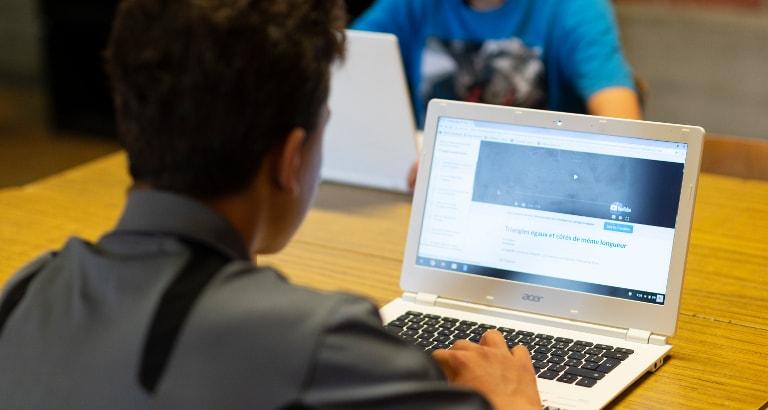 Photo d'un élève devant la Khan Academy