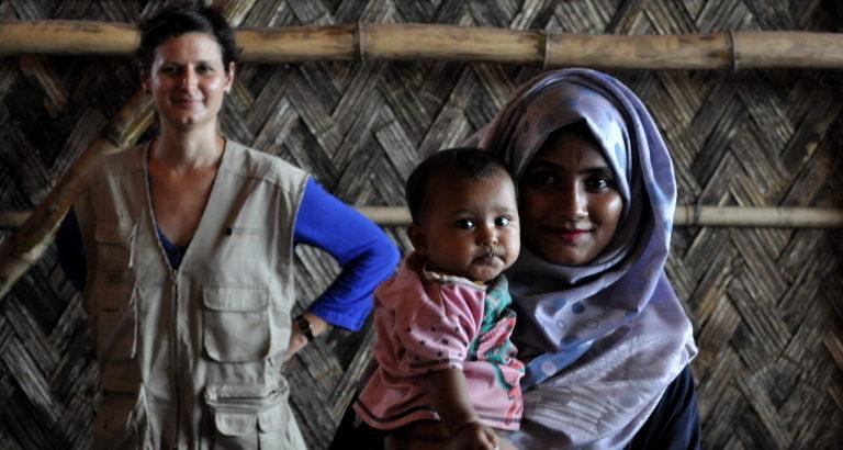 Photo d'Anna auprès des réfugiés rohingya