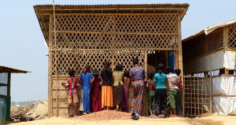 Attente des Rohingya dans le camp
