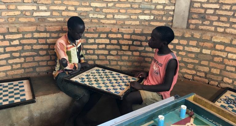 Photo de deux jeunes jouant en Tanzanie