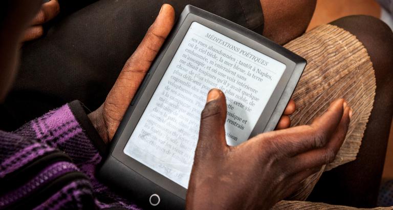 Photo d'un jeune homme sur une tablette