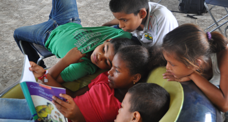 Photo de jeunes autour d'un livre