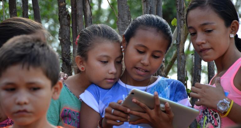 Photo de deux jeunes filles sur une tablette