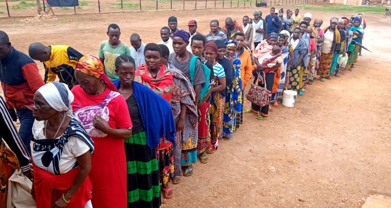 File d'attente devant le ciné-club en Tanzanie